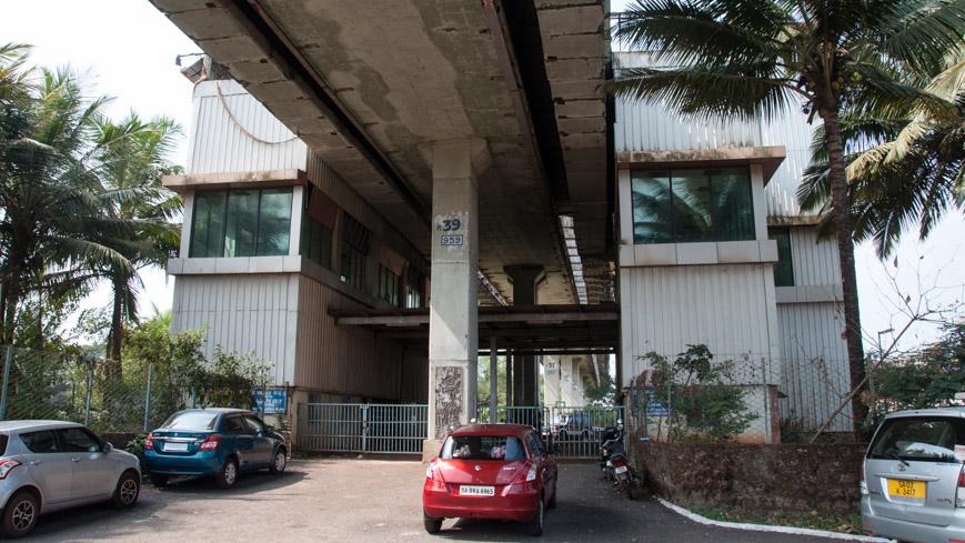 Bild: Skybus Metro-Station vor dem Bahnhof Madgaon in Goa/Indien
