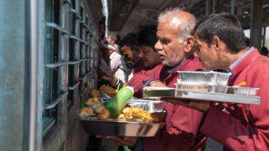 Bild: Händler am Bahnhof in Indien