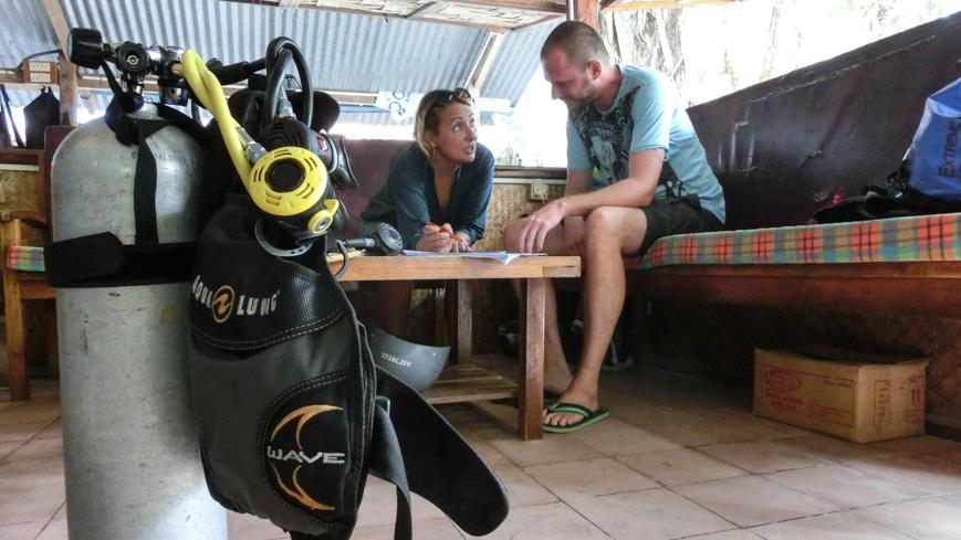 Bild: Barefoot Scubadiving: Besprechung der Theorie beim Open Water Tauchkurs
