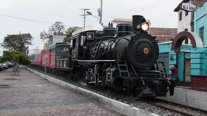Bild: Dampflok zieht den Tren Crucero