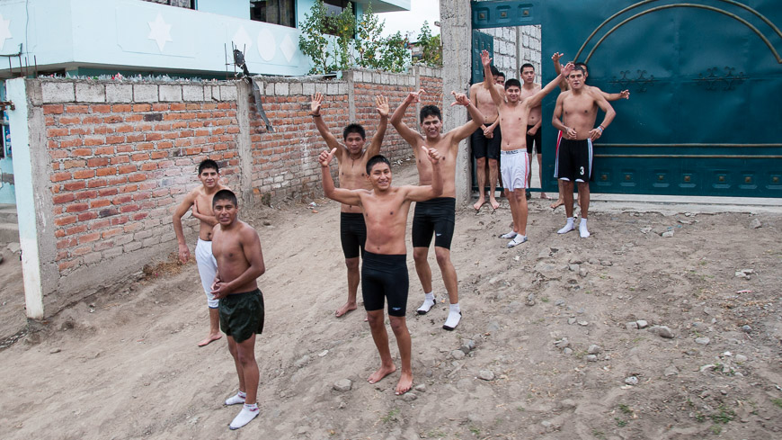 Bild: Winkende Kinder in Ecuador