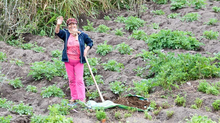 Bild: Winkende Landwirtin in Ecuador