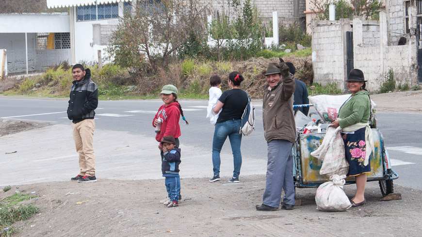 Bild: Winkende Menschen in Ecuador