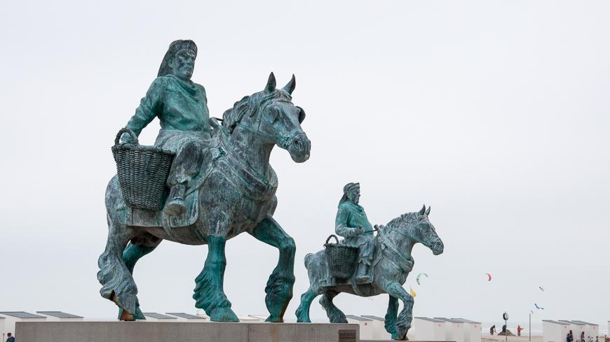 Bild: Pferdefischer-Statue in Oostduinkerke