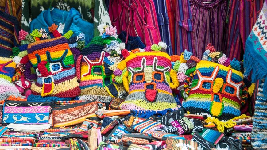 Bild: Kunsthandwerk am Markt, Otavalo, Ecuador