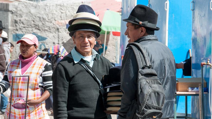 Bild: Huthändler am Markt, Otavalo, Ecuador