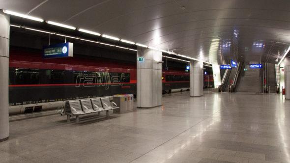 Railjet Zug im Flughafen Wien