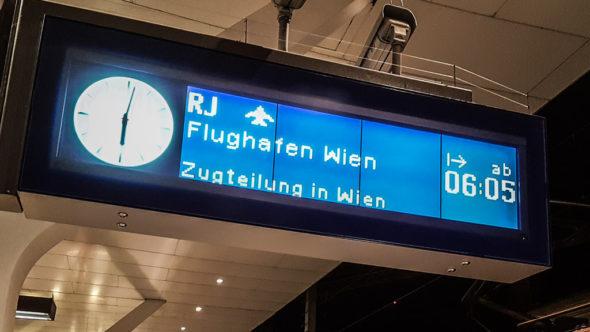 Zug zum Flughafen Wien - Anzeige am Bahnsteig