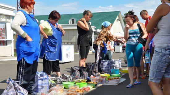 Bild: Leider immer seltener während einer Transsib-Reise anzutreffen: Die Babuschkas mit Essen am Bahnsteig