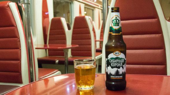 Sibirskaja Korona Bier im Speisewagen in Russland