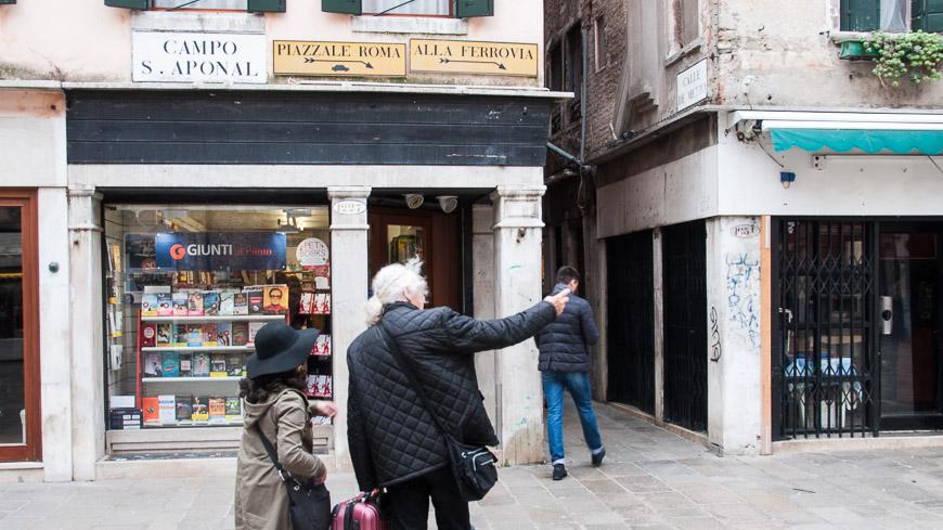 Bild: Schild mit Pfeil alle Ferrovia - Hilfe für jene, die sich in Venedig verlaufen haben.