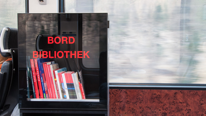 Bild: Bordbibliothek im Bernina Express