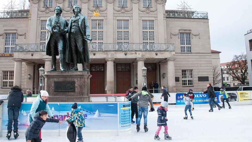 Bild: Eislaufplatz in Weimar vor dem Goethe-Schiller-Denkmal