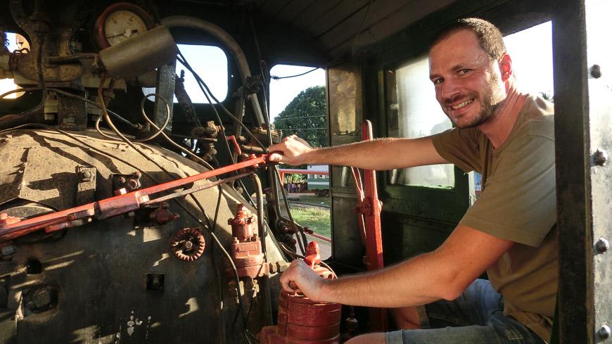 Bild: Gerhard Liebenberger auf einer Dampflok in Trinidad