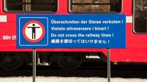 Bild: Japanische Tafel in der Schweiz bei der Rhätischen Bahn in Pontresina