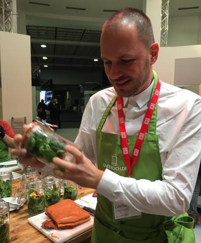 Bild: Gerhard beim Kochen gemeinsam mit Deutsche Bahn und Chefkoch.de