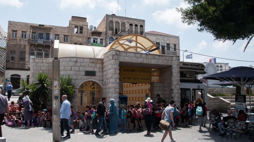 """Bild: Station """"Pariser Platz"""" der Karmelit Haifa"""