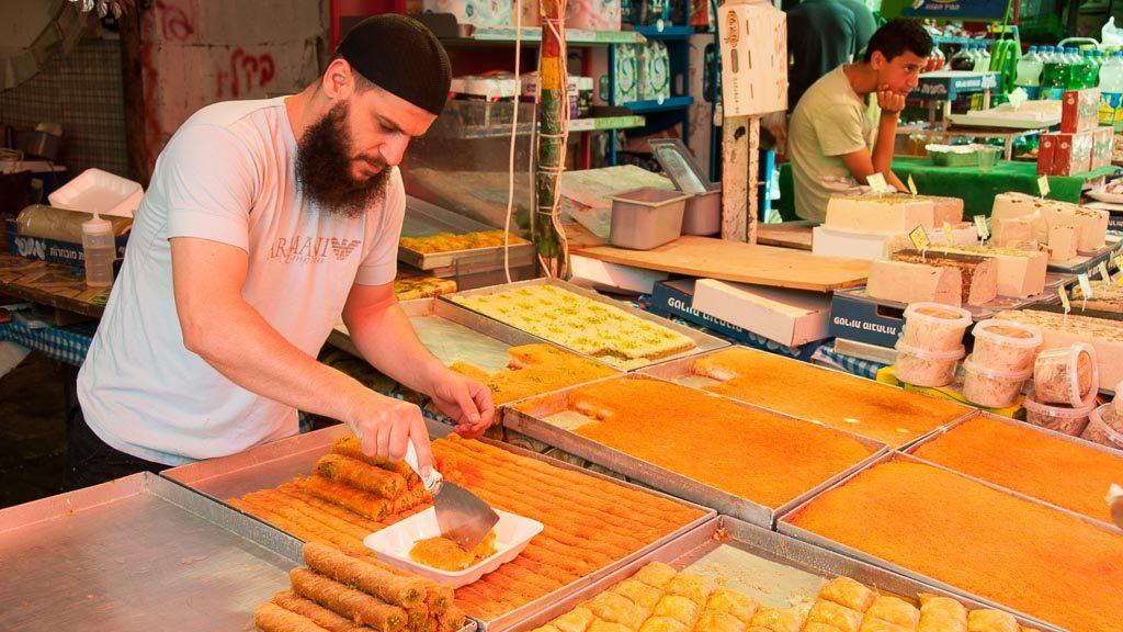 Knafeh, eine orientalische Süßspeise, am Carmel Markt