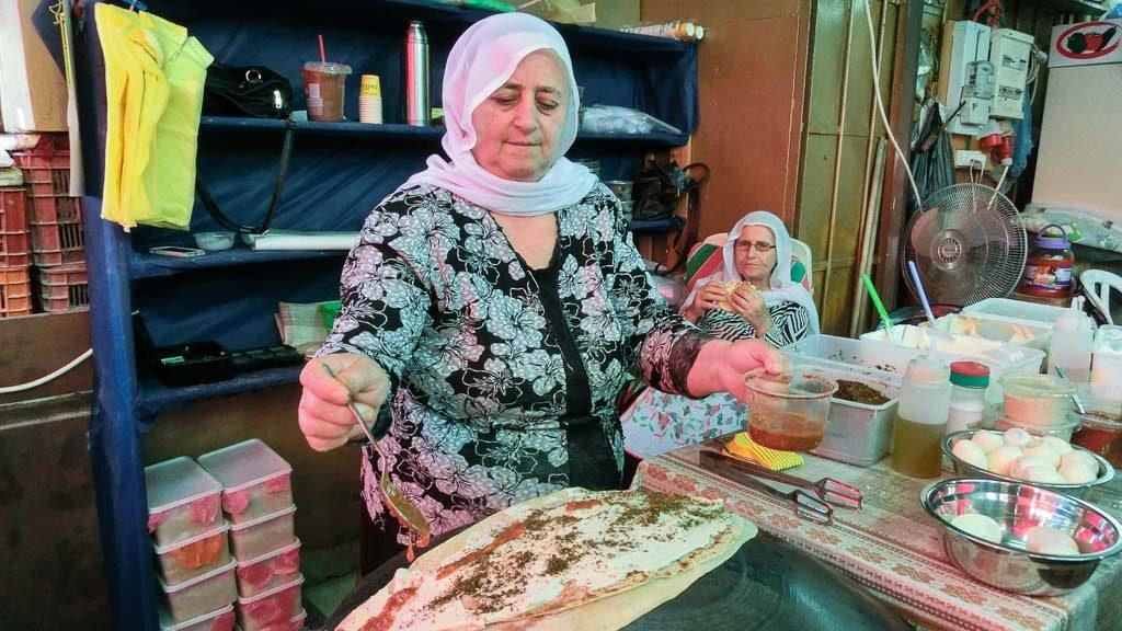 Pita-Brot mit Füllung am Carmel Markt