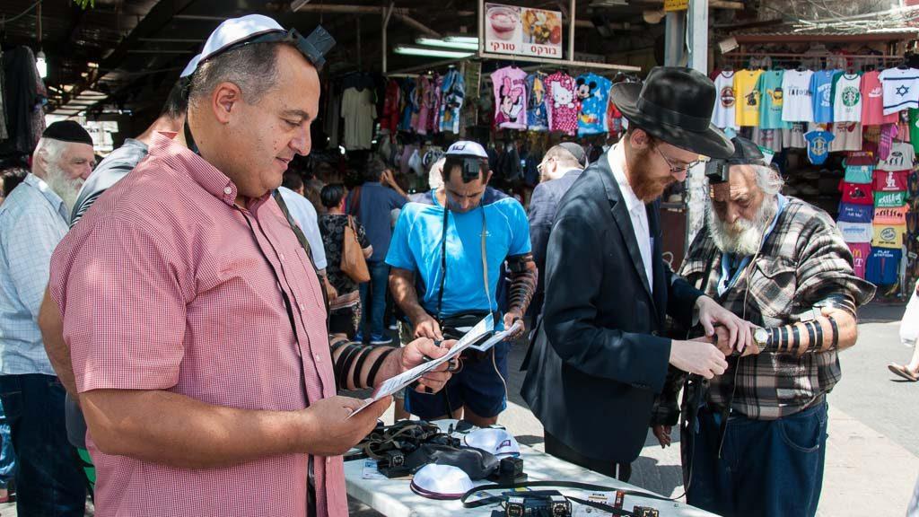Lubawitscher mit Stand in Tel Aviv am Davidsplatz