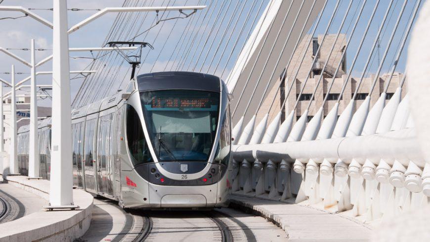 Calatrava Brücke mit Alstom Citadis 302 Tram in Jerusalem