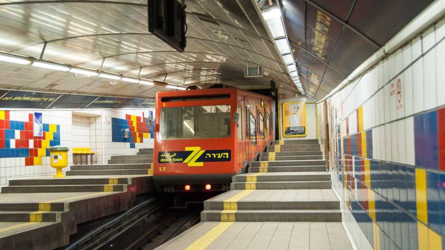 Karmelit U-Bahn Zug am Pariser Platz in Haifa