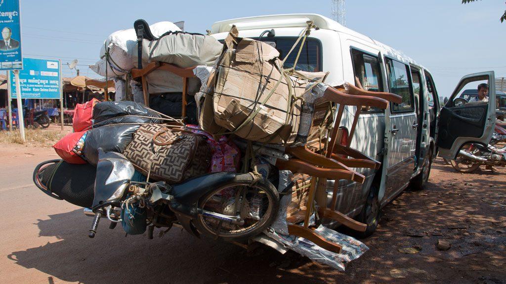Vollbeladener Minibus in Kambodscha