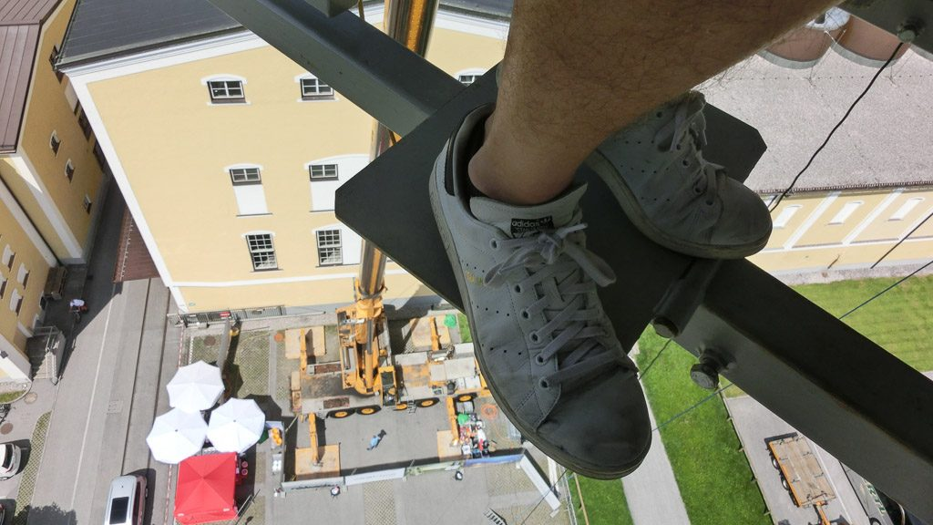 Schuhe und Blick nach unten beim Dinner in the Sky
