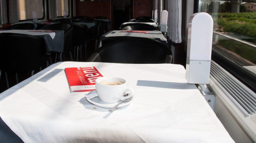 Kaffee im Zugrestaurant der ÖBB
