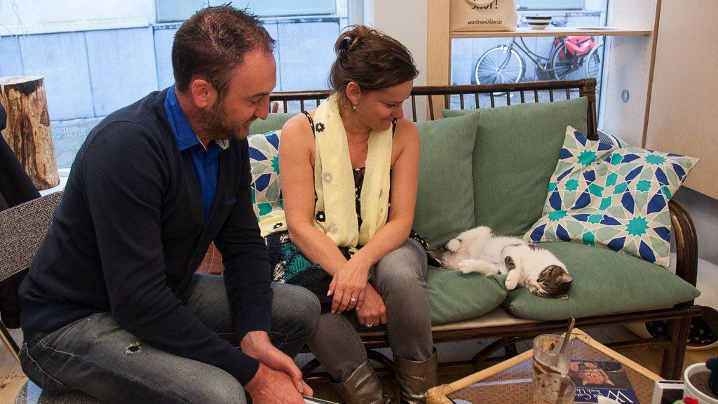 Mary und Patrick im Katzencafé in Gent