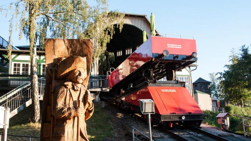 Cabriowaggon und Buckelapotheker vor der Bergstation der Oberweißbacher Bergbahn
