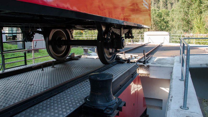 Achse des Cabrio-Waggons auf der Güterbühne