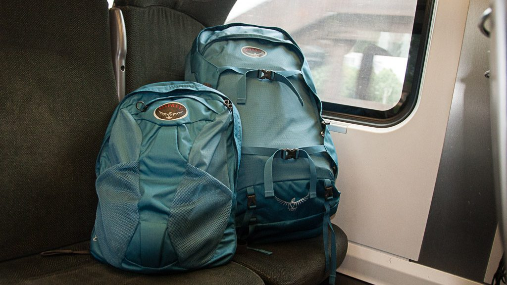 Osprey Farpoint 55 Rucksack im Zug