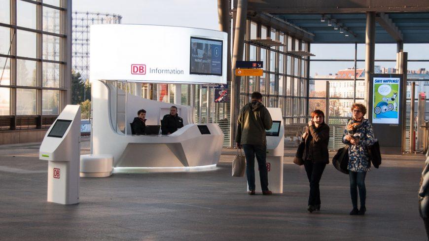 Berlin Südkreuz mit Information der Deutschen Bahn