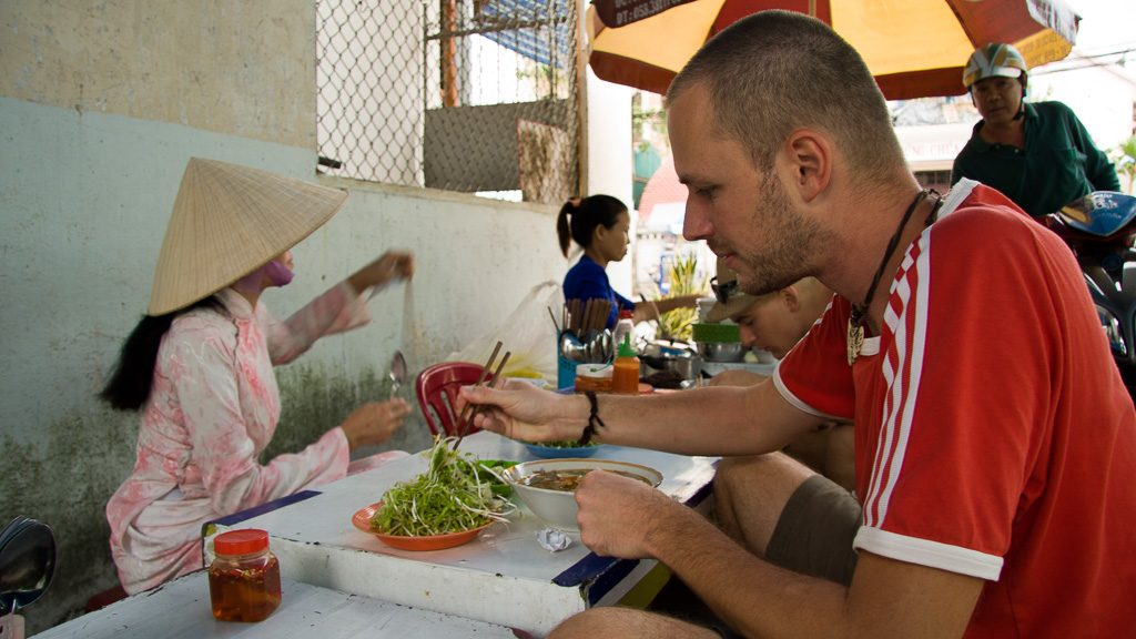 Gerhard Liebenberger isst Pho in Vietnam