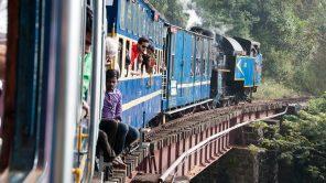 Nilgiri Mountain Railway auf einer Brücke