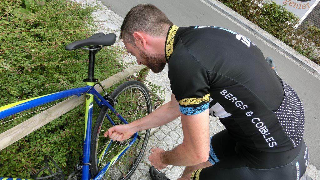 Luft am Rennrad für Kopfsteinpflaster-Strecken ablassen