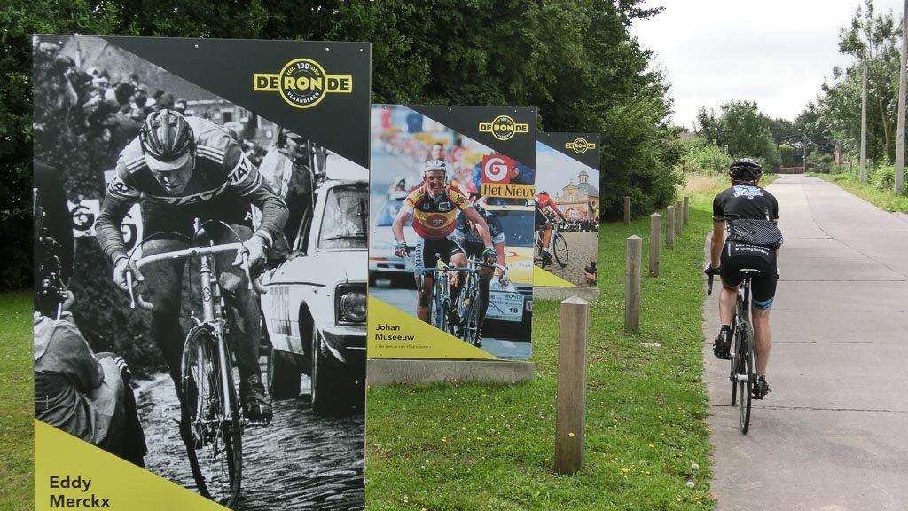 Ronde Van Vlaanderenstraat Eddy Merckx und John Museeuw auf Plakaten
