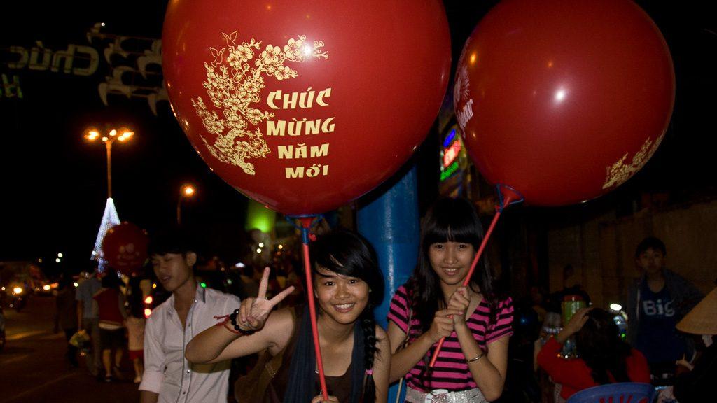 "Ballons mit ""Chuc mung nam moi"" zum Tet-Fest in Vietnam"