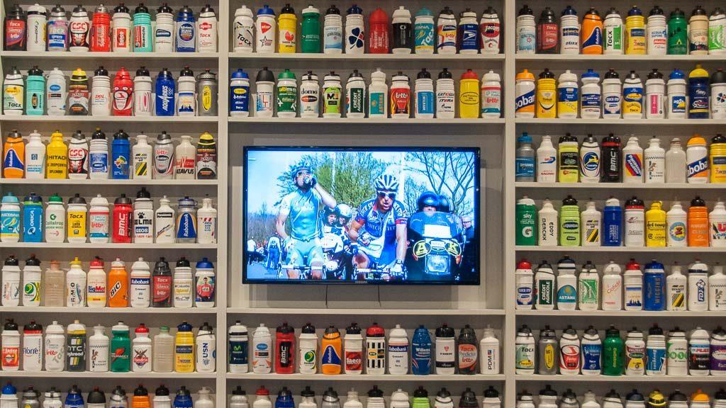 Tour of Flanders Centre - Schrank mit Trinkflaschen