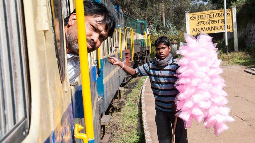Zuckerwatteverkäufer bei der Nilgiri Mountain Railway