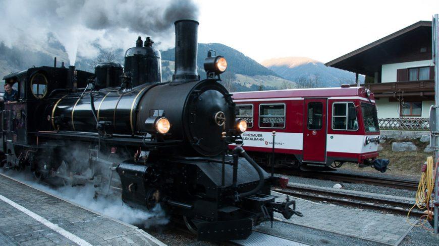 Dampfzug mit Dampflokomotive JZ 73-019 und Dieseltriebwagen der Pinzgauer Lokalbahn in Krimml