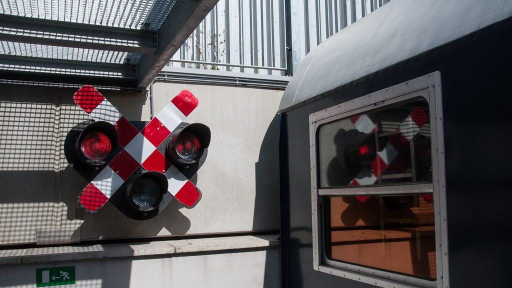Train Hostel Brüssel - Bahnübergang Signal Deko