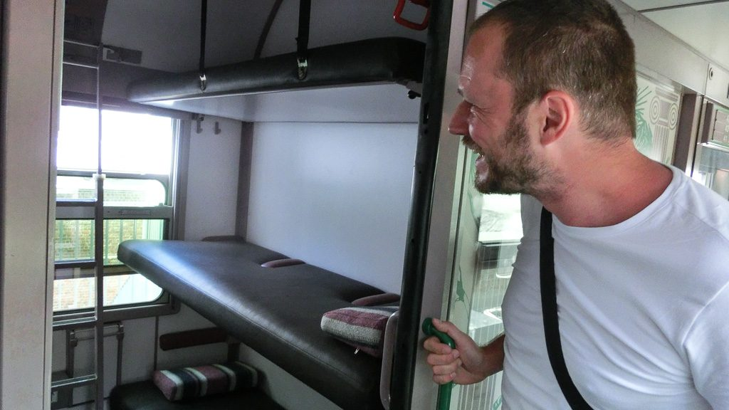 Train Hostel Schlafwagen - Gerhard Liebenberger blickt ins Abteil