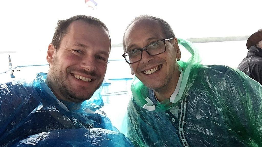 Bruno und Gerhard im Regen auf der Fähre nach Koh Phayam