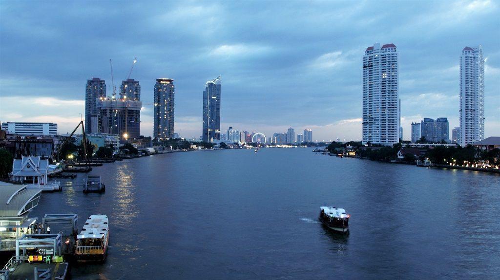 Blick auf dem Chao Phraya und Sathorn Peer