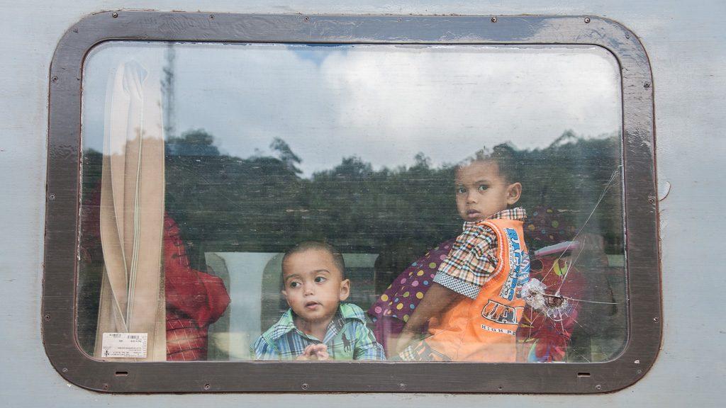 Kinder im Zug in Malaysia