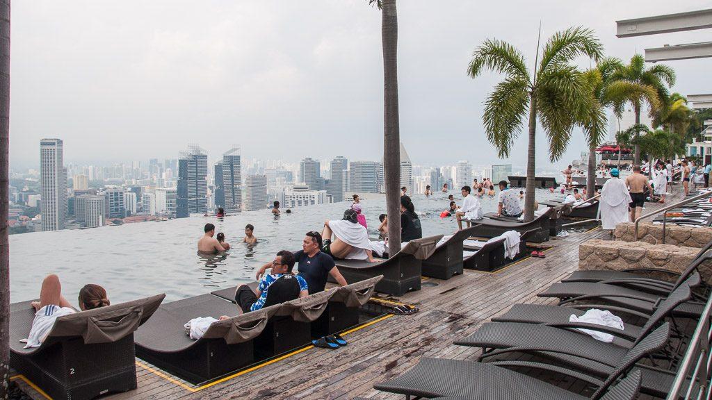 Swimmingpool auf der Dachterrasse im Marina Bay Sands Hotel