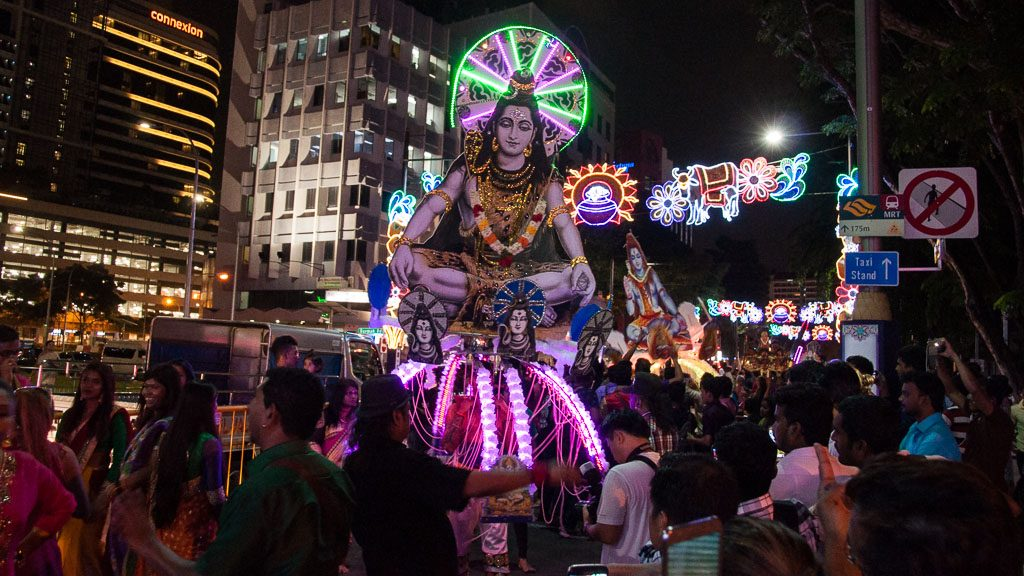 Thaipusam in Singapur in der Serangoon Road (Little India) bei Nacht