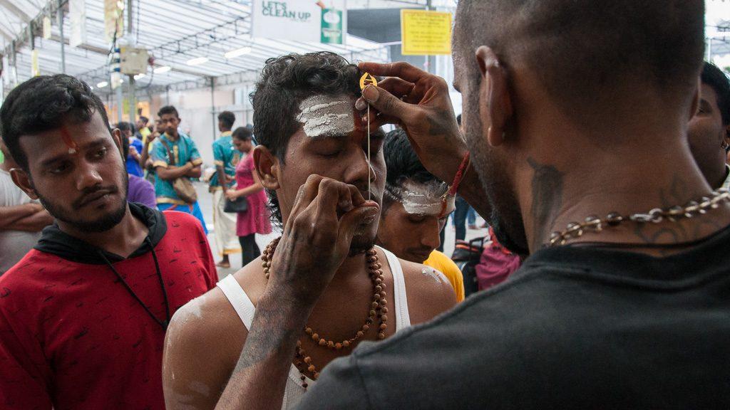 Piercing für Thaipusam in Singapur